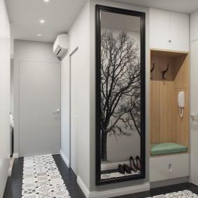 Узкое зеркало на стене прихожей с белыми стенами