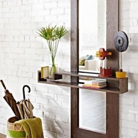 Подвесная полочка на прямоугольном зеркале
