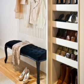Встроенная обувница в коридоре квартиры