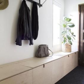 Встроенная тумба для обуви в коридоре