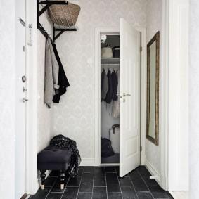 Открытая дверь в гардероб в прихожей