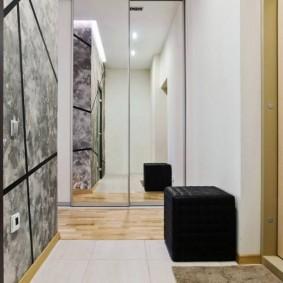 Черный пуф в коридоре с большим зеркалом