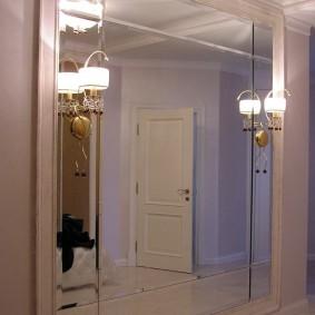 Настенные светильники на зеркале в коридоре