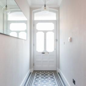 Керамическая плитка на полу входной зоны в доме