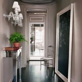 Темный пол в коридоре с напольным зеркалом