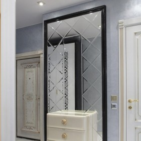 Зеркало на стене прихожей в стиле классики