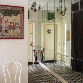 Зеркальная стена в узком коридоре