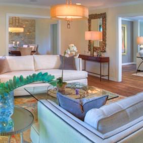 Интерьер проходной гостиной с двумя диванами