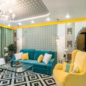 Желтое кресло в современной гостиной
