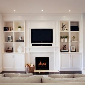 Встроенные стеллажи в белой комнате