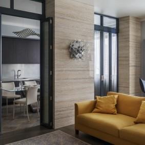 Стеклянные двери в прямоугольной гостиной
