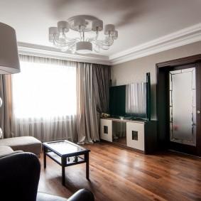 Белый потолок гостиного помещения
