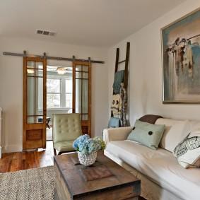 Сдвижные двери в гостиной частного дома
