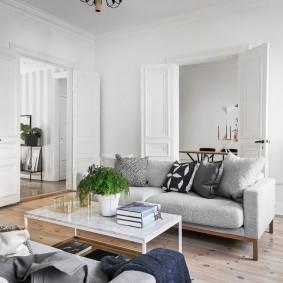 Мягкая мебель в светлой комнате