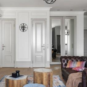 Узкие двери в стене гостиной
