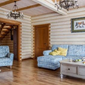 Уютная гостиная в бревенчатом доме