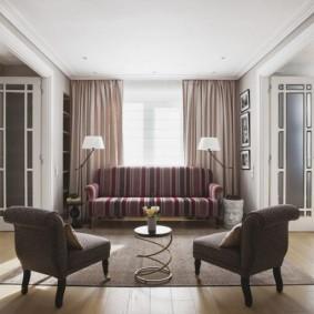Два кресла в гостином помещении современного стиля