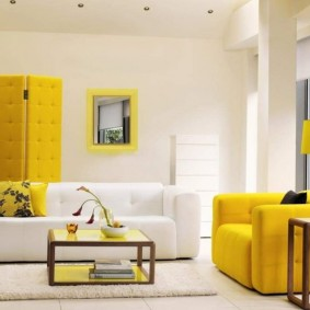 Желтая ширма в комнате с белыми стенами