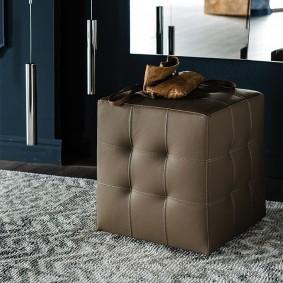 Мягкий пуф в форме куба под столиком в прихожей
