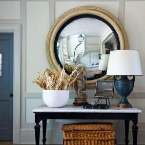 Круглое зеркало в золотистой оправе