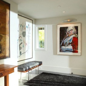 Картина в интерьере прихожей комнаты