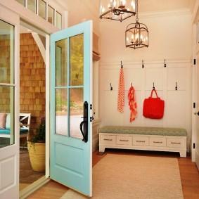 Распашная дверь со вставками из оконного стекла