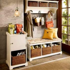 Плетенные корзинки на полочках скамейки