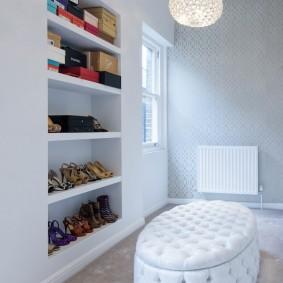 Встроенные полки для хранения обуви в коридоре