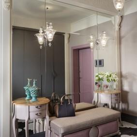 Зеркальная стена в прихожей классического стиля