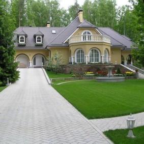 Широкий подъезд к загородному дому