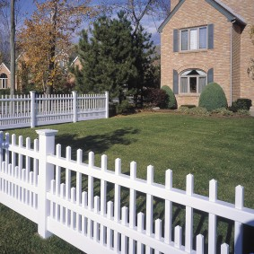 Белый забор на границе садового участка