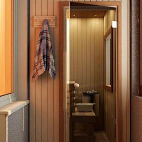 Полотенце на вешалке возле двери сауны