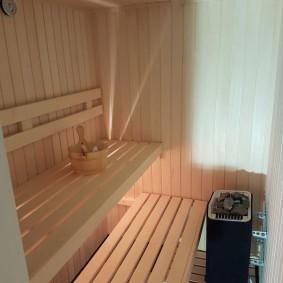 Деревянный ковшик на скамейке в бане