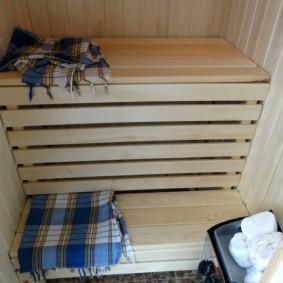 Полотенце в клетку на деревянной ступеньке