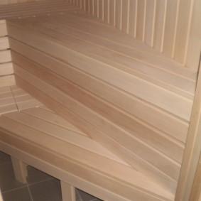 Узкие рейки на скамейке в бане
