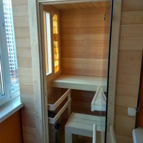 Интерьер маленькой сауны на балконе пятиэтажки