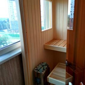 Небольшая парилка на балконе квартиры