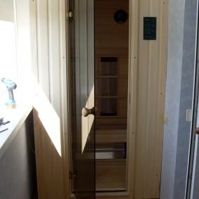 Стеклянная дверь в парилке на лоджии