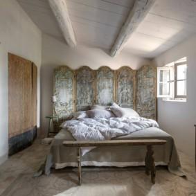 Декоративная ширма за изголовьем кровати