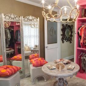 Розовый гардероб в комнате девочки