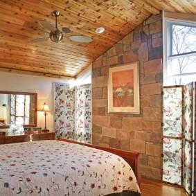 Деревянный потолок в спальной комнате
