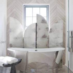 Ширма в интерьере ванной с окном