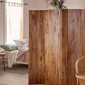Деревянная ширма в спальне частного дома