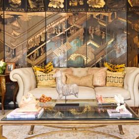 Удобный диван в гостиной этнического стиля