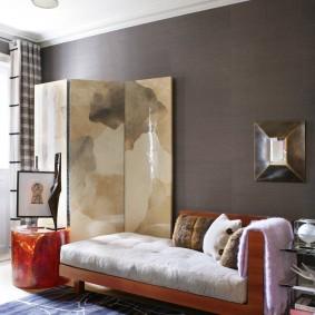 Кровать-диван возле серой стены