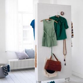 Узкая ширма в качестве вешалки для одежды