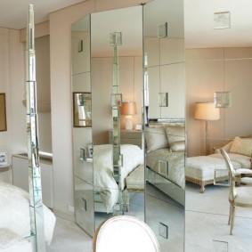 Зеркальные створки ширмы в спальном помещении