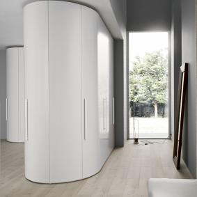 Белый шкаф в прихожей частного дома