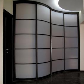 Радиусный шкаф для большой прихожей