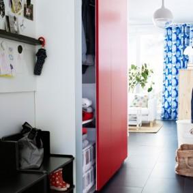 Красная дверца на встроенном шкафе